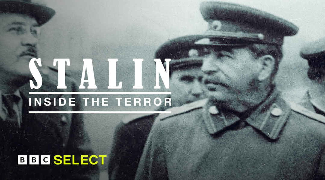 Joseph Stalin talking to fellow soldiers